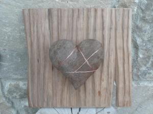 Cobre, piedra y madera se funden en un abrazo